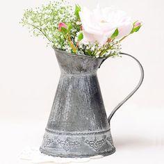 Jarrita estilo vintage, ideal para realizar preciosos arreglos florales!! #vintage #decovintage #decoracionvintage #decoracionrustica #jarra #vintagestyle #bodas #bodas2018 #decoracionbodas #decoracion #decoraciondebodas #decoracioneventos #weddings #blogdebodas #bodasoriginales #bodasbonitas #bodasunicas #bodasrusticas #bodasvintage #flores #floresboda #arreglosflorales