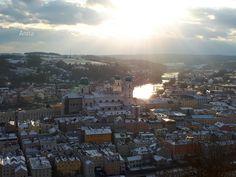 Kubah berwarna hijau adalah Dom Santo Stephan, yang menjadi landmark kota Passau. Dua sungai berbeda yang dilalui. Sungai yang ada kapal dinamakan Danube. Di seberangnya adalah Inn. Ini diseb… Airplane View, Paris Skyline, Places To Visit, Travel, Saints, Vatican, Passau, Viajes, Destinations