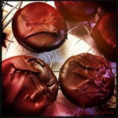 Schoko-Doppeldecker mit Marshmallow-Marmeladen-Füllung Chocolate cookies with marshmallow-jelly-filling