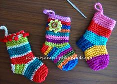 calcetines de varios colores decorados con flores y borlas Crochet Diy, Love Crochet, Crochet Animals, Christmas And New Year, Crochet Projects, Christmas Stockings, Baby Kids, Diy And Crafts, Tricot