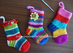 calcetines de varios colores decorados con flores y borlas Crochet Diy, Love Crochet, Crochet Animals, Christmas And New Year, Crochet Projects, Christmas Stockings, Diy And Crafts, Baby Kids, Crochet Patterns