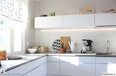 moderni,keittiö,keittiönkaapit,välitila,verho Interior Inspiration, Home Kitchens, Kitchen Cabinets, Home Decor, Scandinavian Design, Nice Asses, Decoration Home, Room Decor, Cabinets