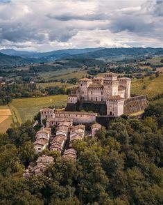 Beautiful Castles, Beautiful Places, Villas, Castle Gate, Medieval Gothic, Romanesque Architecture, Fairytale Castle, Amazing Architecture, Classic Architecture