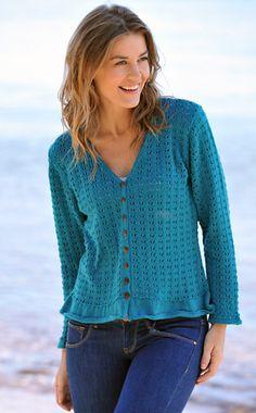 Gratis strikkeopskrifter: Denne søde, let taljerede cardigan er strikket med et lille hulmønster over det hele og med smalle flæser forneden