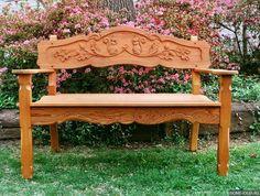 деревянная скамья с красивой резьбой