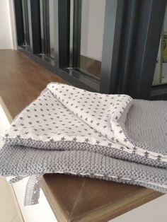 Enfin !!!! le tissu est arrivé , j'ai pu finir ma baby blanket Laine Himalaya Alpin Coloris gris perle Tissu Blanc étoilé gris ma petite mercerie Bon par contre quelle galère pour la doubler en tissu !!! Je tricote plutot