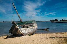 Epave d'un vieux bateau de pêche sur l'île d'Arz dans le Golfe du Morbihan.