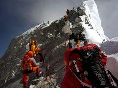 Escaladores esperan para pasar el Paso Hillary medida que impulsan a la cumbre de pico más alto del mundo, el Monte Everest. Cientos intentar escalar la montaña cada año.  FOTOGRAFÍA DE PEMBA DORJE SHERPA / GETTY IMAGES