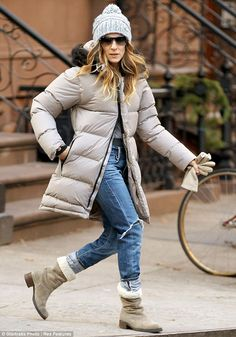 Jet-lagged Sarah Jessica Parker hides behind shades as she steps out with her brood in NYC after Oslo airport drama Winter Mode Outfits, Winter Fashion Outfits, Autumn Winter Fashion, Fall Outfits, Sarah Jessica Parker Body, Best Parka, Mode Mantel, City Outfits, Outfit Invierno