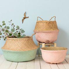 10 Good ideas for decorating wicker baskets Deco Pastel, Belly Basket, Basket Bag, Ikea Basket, Deco Design, Interior Design Living Room, Wicker Baskets, Jute, Teak