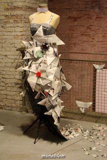 KAZAGURUMA: Abito con corpino aderente con spalline intrecciate e gonna a sirena con strascico composta da miriadi di girandole (Kazaguruma) e fiori di loto lavorati ad origami. Dallo strascico fuoriescono girandoline, rane saltatrici e fiori di loto in origami, a formare ghirigori ed il logo Munablom.