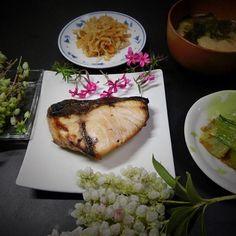 厚い鰤は、焼いてもパリパリにならず、歯応えがあって美味しい。 千切り大根は、食べられるようになり美味しい。味噌汁は大好き。 おひたしはまあまあ。  ドウダンツツジは可愛い花が咲きます。少し早かった。 - 129件のもぐもぐ - 焼鰤  麩とワカメの味噌汁  切干し大根  青梗菜のおひたし  左の花がまだ少し早いがドウダンツツジ、手前が馬酔木、皿の上に少し芝桜  庭から by hiroshikimDeU
