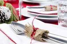 Ya sean de seda o de algodón, nuestras servilletas bien dobladas y con un anillo se verán siempre elegantes en la mesa navideña.