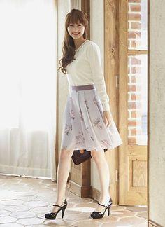 白のトップスと花柄スカートで大人っぽい雰囲気に♡フェミニン系タイプのコーデ・ファッション・スタイルの参考にどうぞ♡