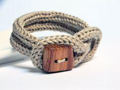 Bracelet tricot en fil coton écru  avec bouton en bois par ylleanna, €18.00