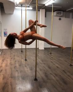 """FKA Twigs working on pole dance routine to Solange's """"Dont Touch My Hair"""" single # pole dancing FKA Twigs Pole Dancing Pole Dance Moves, Pool Dance, Dance Choreography, Pole Dance Outfit, Pole Dance Wear, Jenna Johnson, Dirty Dancing, Pole Fitness Moves, Barre Fitness"""