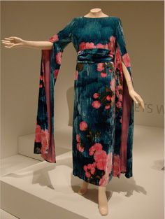 This might be something to replicate for around the house, in perhaps less intense colors. I like the colors, pattern, Asian inspiration, and overall look. 70s Fashion, Vintage Fashion, Fashion Outfits, Vintage Dresses, Vintage Outfits, Vintage Clothing, Pink Silk Dress, Retro Mode, Japanese Fashion