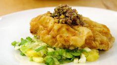 Björn Freitags Cordon bleu aus Kalbsfleisch wird mit Käse und Schinken gefüllt. Dazu serviert der Spitzenkoch Kartoffelsalat und ein würziges Relish, das er mit Salzzitronen zubereitet.