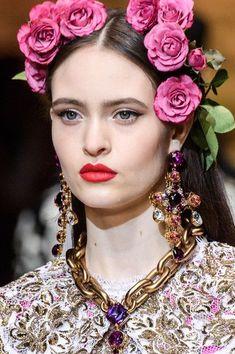 Dolce & Gabbana at Milan Fashion Week Fall 2018 - Details Runway Photos Floral Fashion, Colorful Fashion, Vintage Fashion, Fridah Kahlo, Domenico Dolce & Stefano Gabbana, Autumn Fashion 2018, Vintage Girls, Fall 2018, High Fashion