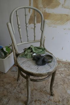 Marta Cantó: Envejecimiento de un mueble con betún de judea y cera metalizada Wishbone Chair, Painted Furniture, Accent Chairs, Html, Home Decor, Bedside Tables, Wax, Ageing, Furniture