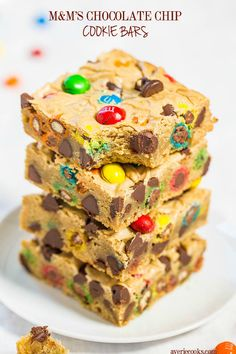 M&M'S Chocolate Chip Cookie Bars - Fast, easy, foolproof, no mixer recipe that's so much simpler than making cookies! (Made mine in my baking pan. Used Semi-Sweet chocolate chunks in place of chips. Smores Dessert, Dessert Bars, Chocolate Chip Cookies, Chocolate Chips, Chocolate Bars, Recipe Granola, Brownie Recipes, Cookie Recipes, M&m Cookie Cake Recipe