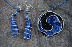 bijoux parure collier boucles d'oreilles capsule café nespresso recyclé noir et bleu : Parure par cococreative