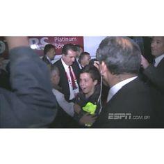 21.06 - @neymarjr desce do ônibus e doa o seu uniforme para pequenos fãs chilenos