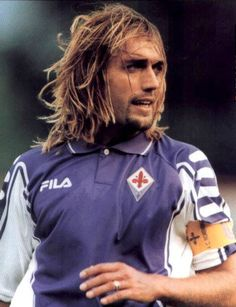 Gabriel Omar Batistuta, probably the greatest Fiorentina player of all time, in a sponsorless home jersey which was used mostly in the Champions League qualifying rounds. Football Icon, Football Gif, Football Shirts, Steven Gerrard, Argentina Players, Premier League, The Good Son, Different Sports, Blonde Guys