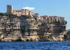 Découvrir les fameuses falaises de Bonifacio en Corse-du-Sud. Vous pourrez profiter d'une vue splendide et faire une randonnée inoubliable.
