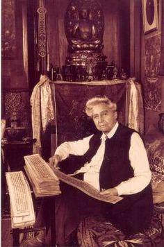David Néel en su casa de Digne, leyendo manuscritos