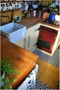 cool small kitchen Moon to Moon: Houseboat. Kismet beautiful house boat called Kismet is a beautiful recently refurbished 63 foot narrow-boat Living On A Boat, Tiny House Living, Small Living, Mini Loft, Canal Boat Interior, Narrowboat Interiors, Narrowboat Kitchen, Houseboat Living, Houseboat Ideas