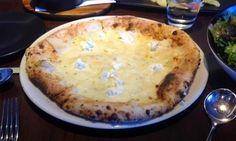 #Culinaria ↪ Pizzaiolo cria pizza feita com 99 tipos de queijo | Por @jpcppinheiro. Ainda não sabe o que preparar para o Natal? Faça esta receita que um pizzaiolo australiano inventou. Ele utiliza apenas 99 tipos de queijo. Veja [ou prove] só! http://curiosocia.blogspot.com.br/2014/12/pizzaiolo-cria-pizza-feita-com-99-tipos.html