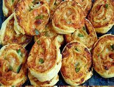 Δοκιμάστε τα είναι φανταστικά -απλά γρήγορα - γευστικότατα !!! Παίρνουμε 2 φύλλα σφολιάτας, απλωνουμε σε ολη την επιφάνεια κέτσαπ ή σάλτσα ντομάτας, Ρίχνουμε ρεγκάτο τριμμένο, προσθέτουμε οτι αλλαντικο μας αρέσει, εγώ έχω βάλει φιλέτο κοτόπουλου ψητό