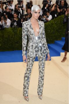 """Cara Delevingne in Chanel Couture at the 2017 Met Gala: according to Tom & Lorenzo, """"space-queen diva flawlessness. Chanel Couture, Style Haute Couture, Fashion Week, Look Fashion, High Fashion, Fashion Outfits, Fashion Tips, Fashion Design, Cara Delevingne"""