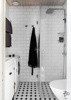 Kauniin jugendtalon neljännessä kerroksessa sijaitseva läpitalon koti. Vaaleiden pintojen ja suurien ruutuikkunoiden ansiosta asunto on ihanan valoisa. Asunto on muutama vuosi sitten kunnostettu kauniisti säilyttäen talon henki. Tunnelmaa luovat erityisesti alkuperäiset peiliovet, maalatut lautalattiat ja keittiössä ja makuuhuoneessa tunnelmaa luo esiin kaivettu tiiliseinä. Kylpyhuone on remontoitu yhtiön toimesta viime vuonna. Vaatehuoneessa ja komeroissa paljon säilytystilaa.  Yhtiössä on…