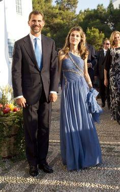 El azul fue el color escogido por los príncipes en la boda de Nicolás de Grecia. El príncipe Felipe lo lució en su corbata y Letizia en su vestido en tonalidad celeste, con detalles brillantes, de inspiración griega, muy acorde con el evento.