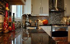Die Härte des Materials und edle Anmutung machen Küchenoberflächen aus Granit zu einem stimmungsvollem Blickfang in jeder Küche.  http://www.arbeitsplatten-deutschland.com/granit-arbeitsplatten-strapazierfaehige-granit-arbeitsplatten