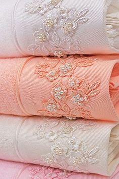 Śmietankowy, biały lub różowy kolor idealnie pasuje do oryginalnego haftu w postaci delikatnych kwiatowych ornamentów. Zestaw zawiera ręczniki 32x50 cm, 50x100 cm i 85x150 cm.
