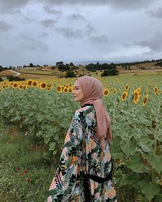 Image may contain: people standing, flower, cloud, sky, nature and outdoor Casual Hijab Outfit, Ootd Hijab, Hijab Chic, Casual Outfits, Kimono Outfit, Niqab, Modest Fashion, Hijab Fashion, Muslim Girls