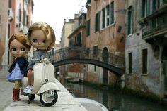 Greta y Violeta en Venecia,con la vespa nueva