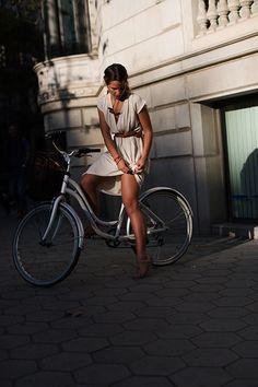 Fille à vélo - Robe blanche - The Sartorialist