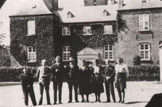 Kasteel Bleijenbeek, Een foto uit 1932, genomen vanuit het poortgebouw van kasteel Bleijenbeek. V.l.n.r.: Henneke Peters (Asperden), Huub Scholtz (Siebengewald), Joep Peters (Asperden), Engelbert Geenen met vrouw en dochter Martha, onbekend, Lei Geenen. De familie Geenen bewoonde als pachter de boerderij van het kasteel.