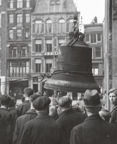 November 27, 1942. The big bell of the Beurs of Berlage is removed from the tower by the German occupier. Especially in the period July 1942-March 1943 many bells were removed from Dutch church towers and shipped to Germany, where they were melted down for the German war industry. By the Spring of 1943 there were about 6,500 bells robbed from the church towers throughout the Nederlands. Photo NIOD collection, Amsterdam #amsterdam #worldwar2