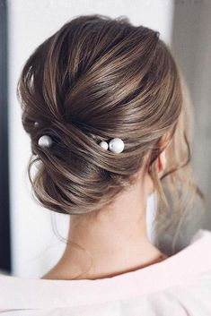 classic wedding hair 36 Timeless Classical Wedding Hairstyles classical wedding hairstyles elegant low chignon with pearls tonyastylist Prom Hairstyles For Short Hair, Braided Hairstyles Updo, Elegant Hairstyles, Up Hairstyles, Braided Updo, Medium Hairstyles, Graduation Hairstyles, Teenage Hairstyles, Easy Updo