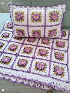 Almofada Crochet Bedspread Pattern, Granny Square Crochet Pattern, Afghan Crochet Patterns, Crochet Squares, Crochet Motif, Crochet Yarn, Crochet Cushion Cover, Crochet Cushions, Crochet Blocks