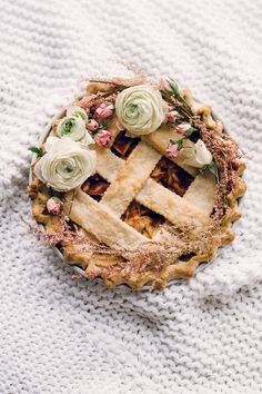 Floral decorated apple pie: http://www.stylemepretty.com/living/2014/11/19/a-cozy-creative-apple-pie-workshop-a-recipe/ | Photography: Sally Mae - http://www.sallymaephoto.com/