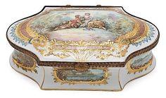 French Louis XV-style box in Sèvres Paris porcelain, first half of the 20th centuryStamp of the Château de Combourg on the botom 11x31.5x20 cm <br /> <br /> <br /> <b>Caja francesa estilo Luis XV en porcelana de París tipo Sèvres, de la primera mitad del siglo XX</b> <br /> Sello en la base del Château de Combourg <br /> 11x31,5x20 cm <br /> <br /> <br />