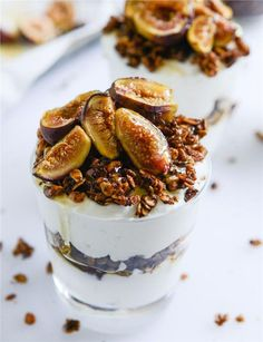 Serve a dessert recipe that is sure to get your guests talking—like this one for Salted Bourbon Vanilla Granola with Caramelized Fig Parfaits. Every one of your friends are sure to love gathering around to enjoy this sweet treat. Fig Recipes, Sweet Recipes, Pavlova, Dessert Crepes, Bourbon Vanille, Tasty, Yummy Food, How Sweet Eats, Just Desserts