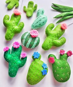 Cactus flower – Home Decor Gardening Flowers Cactus Craft, Cactus Decor, Felt Diy, Felt Crafts, Diy Crafts, Hanging Ornaments, Felt Ornaments, Terrarium Cactus, Cactus Plante