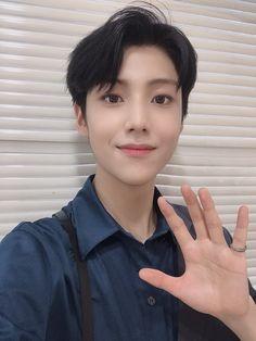 Styled hair + eunsang = Royalty looks V Live, K Idol, Debut Album, Kpop Boy, Handsome Boys, Boyfriend Material, Korean Boy Bands, Singing, Wattpad